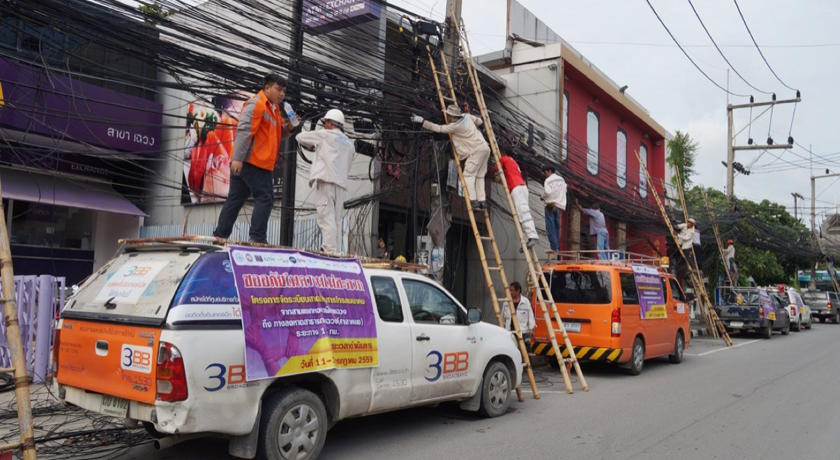 Utility firms collaborate on the removal of unused wires in Chaweng. Photo from Thai Rath online